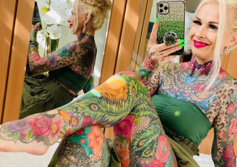 55-летняя женщина покрыла всё своё тело яркими тату! Фото