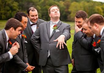 Весёлые свадебные снимки с участием друзей жениха